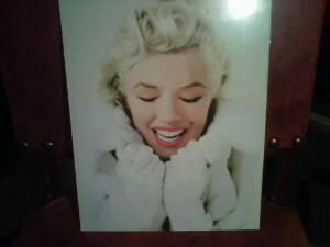 Small poster of Marilyn Monroe I got on Friday (since I didn't find the book I wanted)...